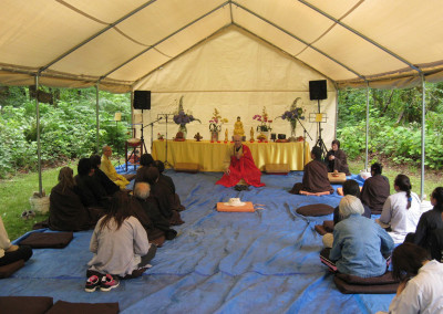 Dharma Master Heng Lai shares some dharma with the assembly